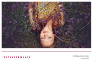 Schreibimpuls Düfte von Treffpunkt Schreiben, Bild einer Frau im Lavendelfeld